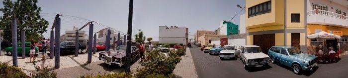 Foto panorámica con personas y coches